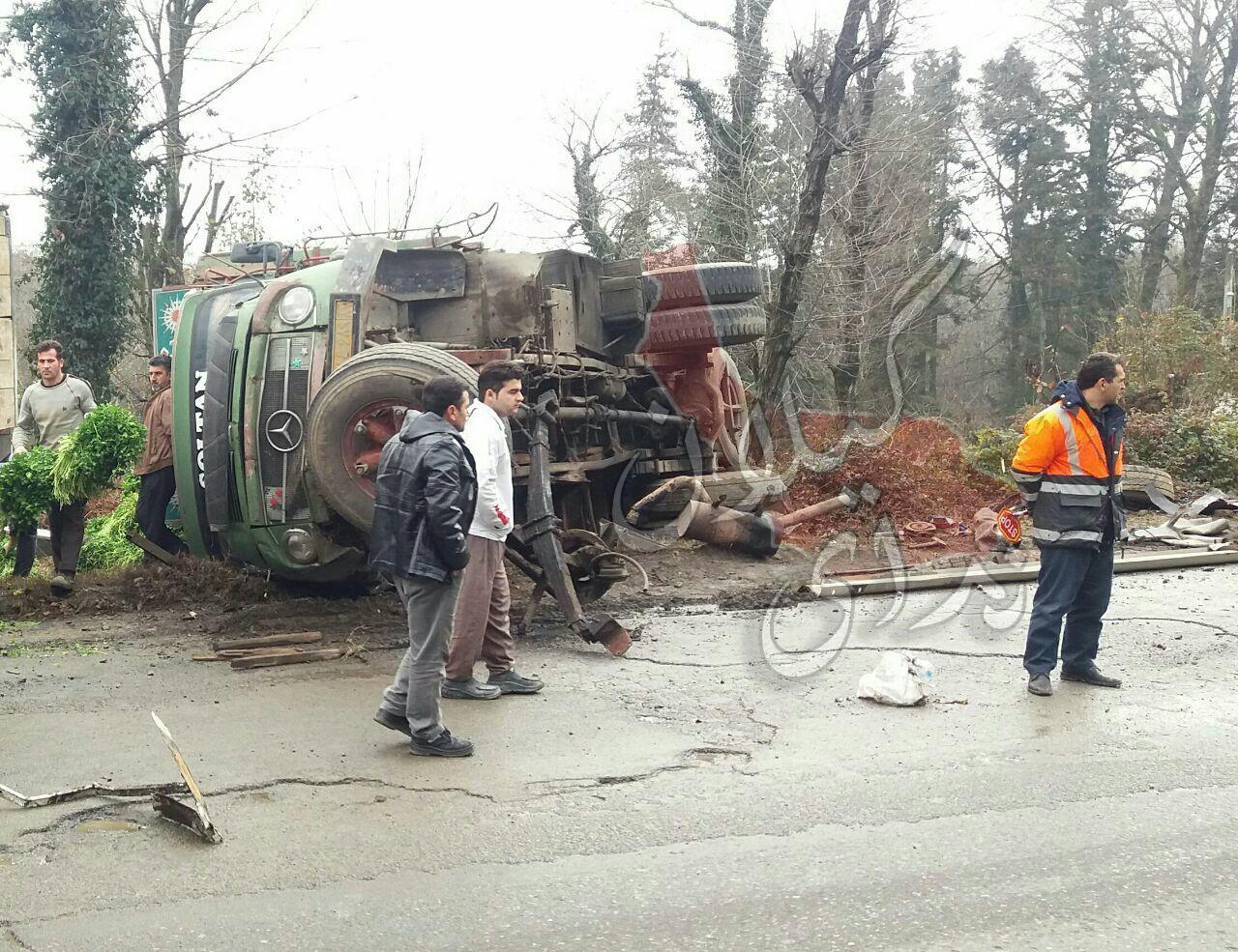 واژگونی کامیونی با بار سبزی در مسیر اردجان به پره سر رضوانشهر+عکس