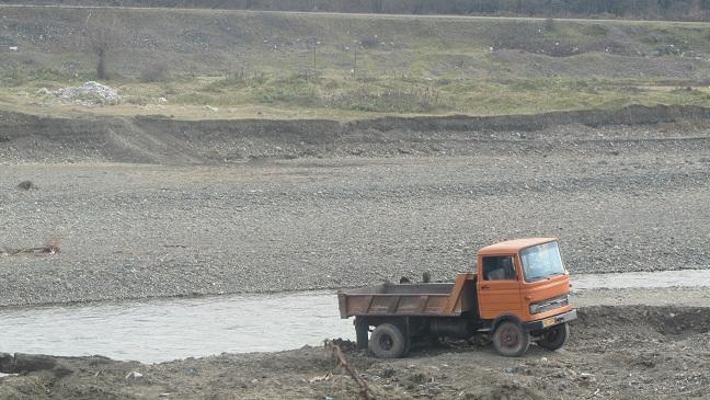 برداشت غیر مجاز شن و ماسه از حاشیه رودخانه سفیدرود