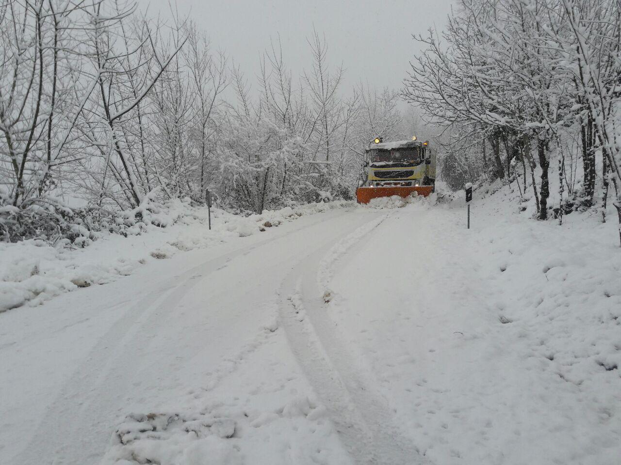 فعالیت ماشین های برف روبی از شب گذشته در املش/تردد با زنجیر چرخ انجام شود