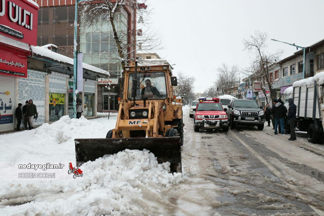 تردد مکرر ماشین آلات برای باز بودن مسیر/آمادگی برای بارش برف ۷۰ سانتی متری در رشت/تاکید بر باز بودن مسیرهای مسکن مهر