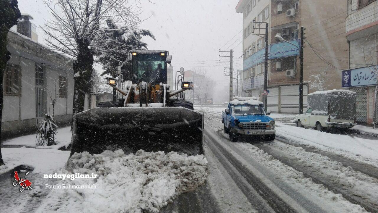 ارسال ماشینآلات سازمان عمران به شهرداری مناطق رشت/توزیع  کیسه های شن و نمک در سطح شهر