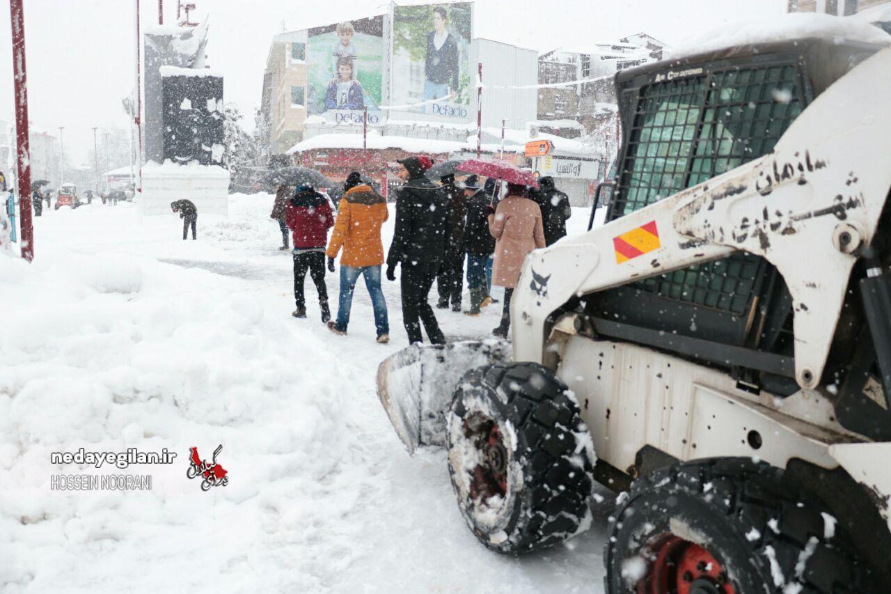 نباید راه های شهرستان رشت در بارش برف مسدود شود/دهیاران از تراکتورها در روستا برای برفروبی استفاده کنند