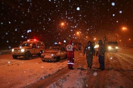 اسکان 6 خانوار گرفتار در برف و کولاک شدید/انتقال 24 حادثه دیده و بیمار به مراکز درمانی