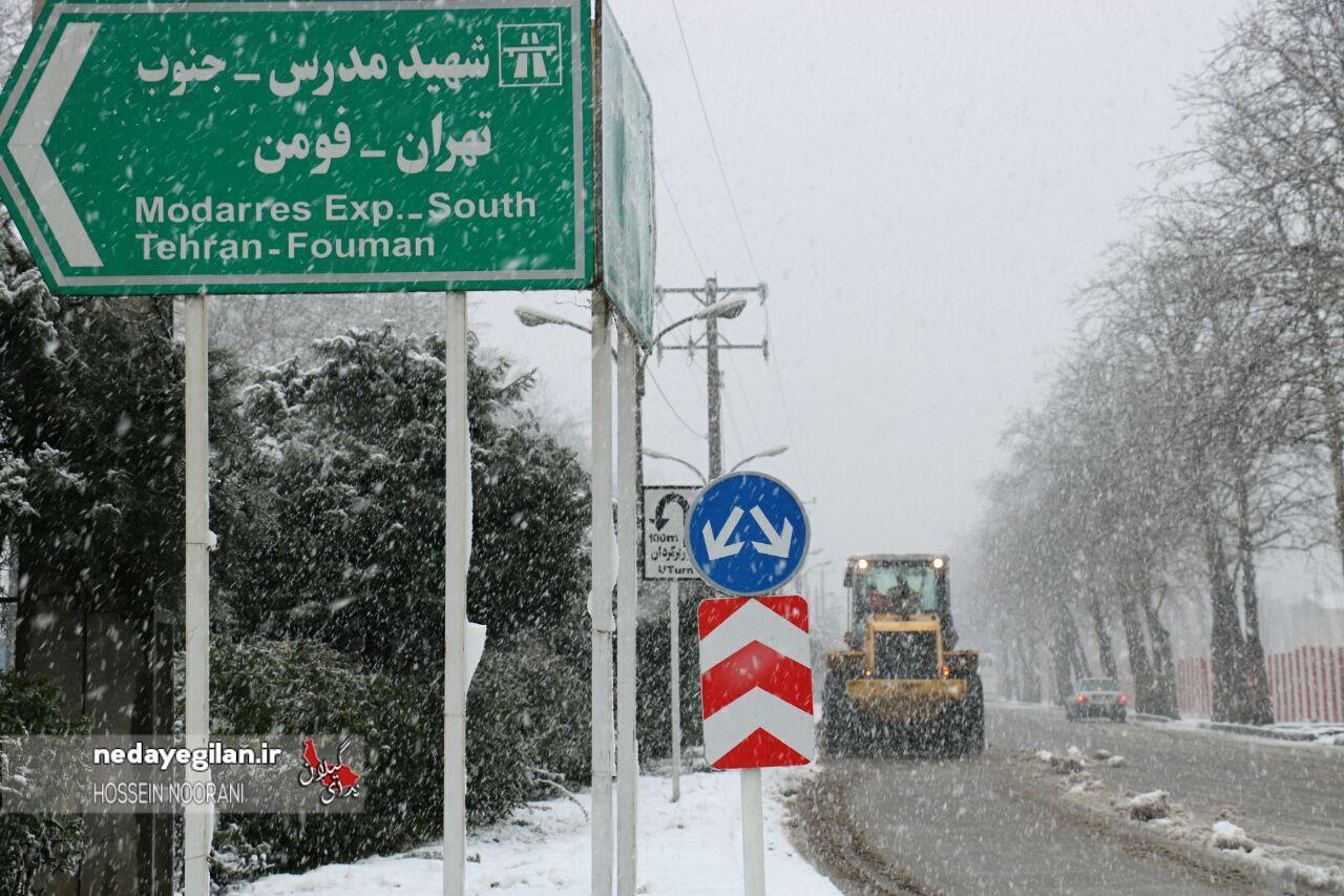 گزارش تصویری عملیات برفروبی در منطقه 3 شهر رشت