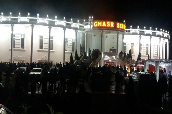 تالار قصر سفید فومن در هنگام برگزاری مراسم عروسی آتش گرفت/آتش سوزی از اتاق پرو خانم ها آغاز شد!+فیلم