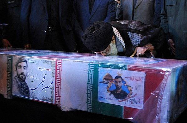رهبر انقلاب در کنار پیکر مطهر شهید حججی حاضر شد +فیلم