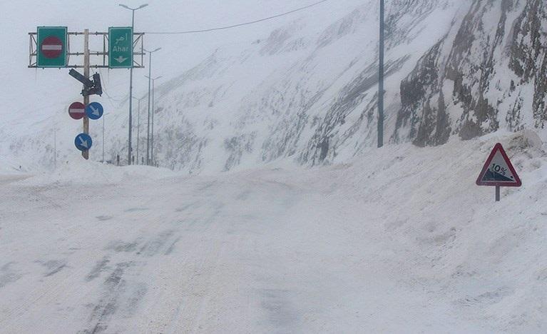 انسداد کامل محور قزوین به رشت به دلیل کولاک و یخبندان/پلیس از ورود و خروج وسایل نقلیه جلوگیری می کند