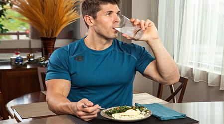 چرا نوشیدن آب همراه غذا مشکلی برای شما ایجاد نمی کند؟