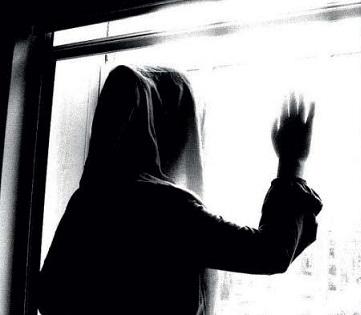 مرد میانسال با هدایای گران قیمت از دختر نوجوانم سوءاستفاده جنسی می کند/آناهیتا را آزاد گذاشتم و گرفتار مواد مخدر و انحراف اخلاقی شد