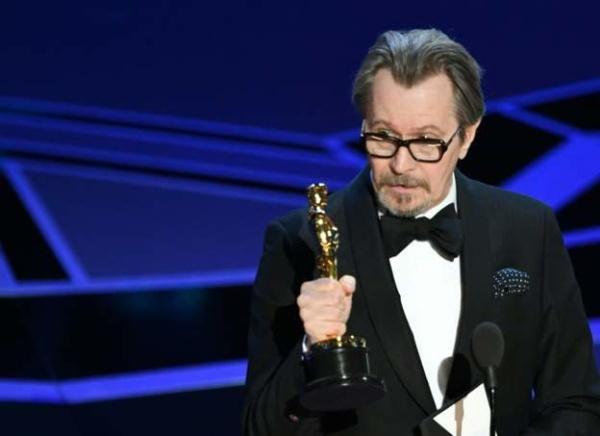 گری الدمن به خاطر فیلم تیره ترین ساعت درباره زندگی وینستون چرچیل برنده بهترین هنرپیشه مرد اسکار شد