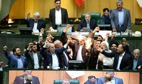 آتش زدن پرچم در مجلس آثار خود را در رسانه های بیگانه نشان داد/لطفاً نگوئید اینها مسائل کوچکی است!