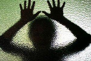 تجاوز وحشیانه پیرمرد 79 ساله به دختر 18 ساله/لیلا:پیرمرد و سگ هایش به من تجاوز می کردند!