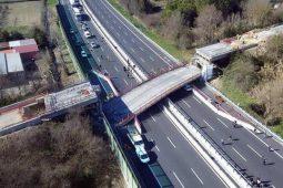 فیلم:سقوط دلهرهآور دهها خودرو در ریزش پلی در نزدیکی شهر جنوا ایتالیا
