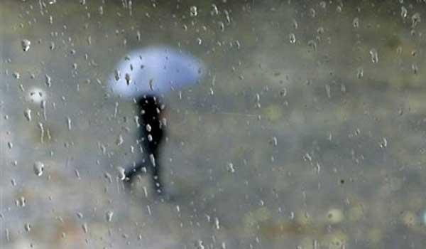 کاهش ۱۰ درجه ای دما و احتمال آبگرفتگی معابر/بارش باران تا صبح جمعه ادامه دارد