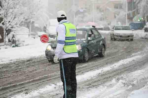 بارش اولین برف پاییزی در محور اسالم به خلخال / رانندگان زنجیر چرخ را به همراه داشته باشند