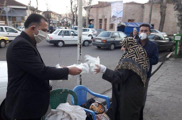 توزیع ۲۰ هزار دستکش رایگان توسط یک خیر در لاهیجان/شهر ضدعفونی شد+عکس