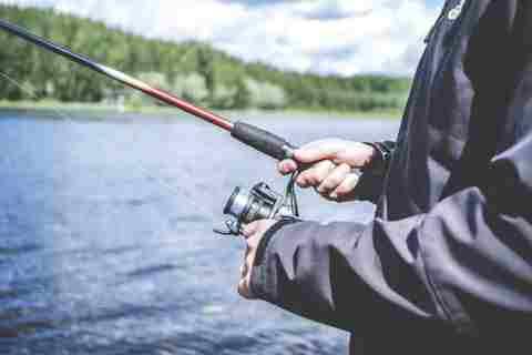 مرگ عجیب ماهیگیر ۵۰ ساله در آستانه اشرفیه/چوب ماهی گیری مرد میانسال به کابل فشار قوی برق گیر کرد!