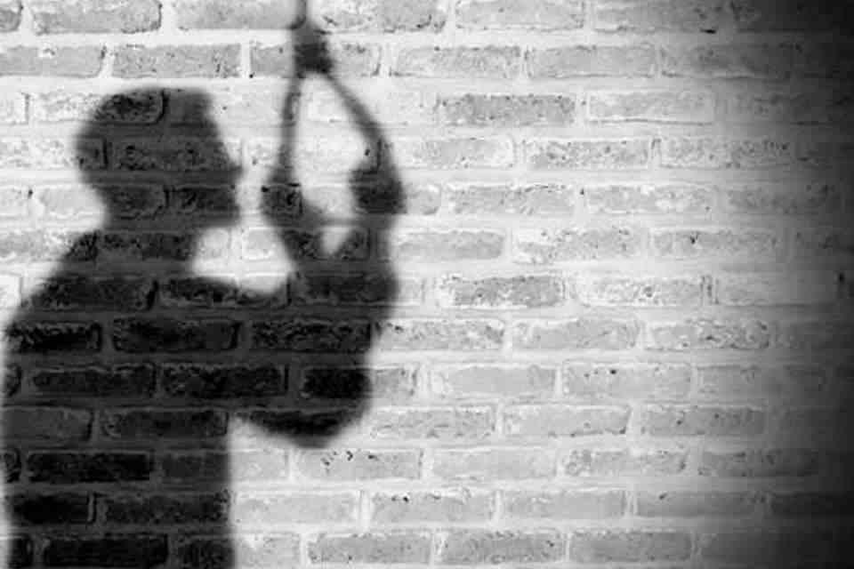 کارگر ساختمانی مچ زنش را در اتاق خواب خانه اش با مرد غریبه گرفت/مرد میانسال در صحنه خیانت خودکشی کرد!