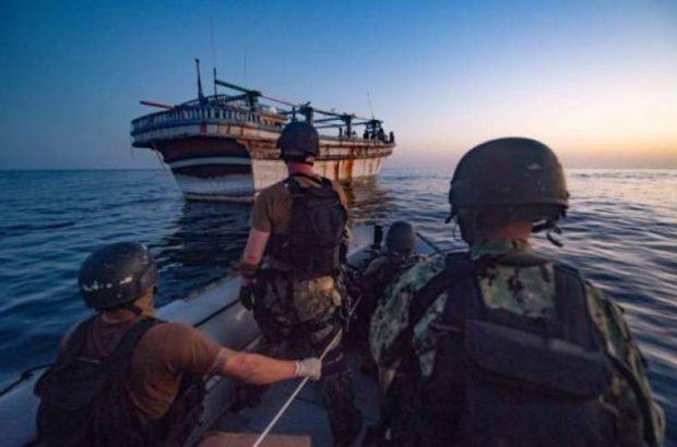 ناوشکن نیروی دریایی آمریکا به سرنشینان لنج ایرانی امداد رسانی کرد