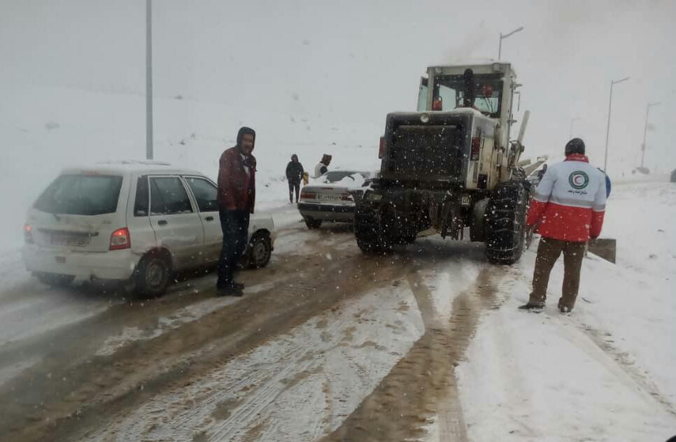 امدادرسانی عوامل امدادی جمعیت هلال احمر به خودروهای گرفتار شده ناشی از برف در محور سیاهکل به دیلمان