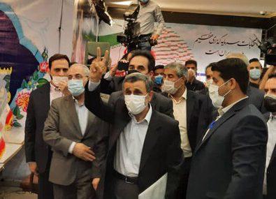 رقیب سرسخت رئیسی وارد میدان شد/ احمدینژاد برای انتخابات ثبت نام کرد