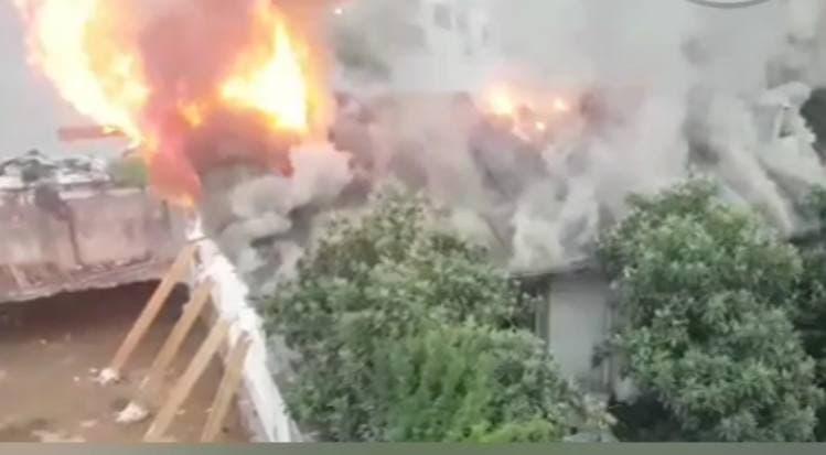 آتشسوزی پشت بام منزل مسکونی در خیابان استقامت رشت